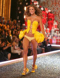 th_06977_fashiongallery_VSShow08_Show-109_122_1128lo.jpg