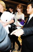Nov 16, 2010 - Taylor Swift - Narita International Airport In Japan (57 HQ pics) Th_22541_tduid1721_Forum.anhmjn.com_004_122_183lo