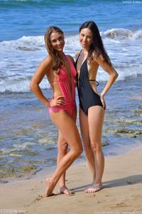http://img173.imagevenue.com/loc248/th_557416901_Mary_and_Aubrey_Hawaii_II_Beach_Bunnies_3_123_248lo.jpg