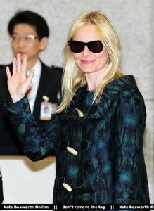 Nov 21, 2010 - Kate Bosworth - At Incheon Airport in Seoul Th_78947_tduid1721_Forum.anhmjn.com_20101130075736007_122_477lo