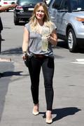 http://img173.imagevenue.com/loc571/th_832940903_Hilary_Duff_at_Starbucks22_122_571lo.jpg