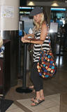 http://img173.imagevenue.com/loc881/th_05690_Kaley__Cuoco_at_LAX_HOPE_438_122_881lo.jpg